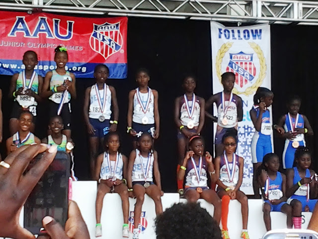 9-10 girls on the podium for the 4x400