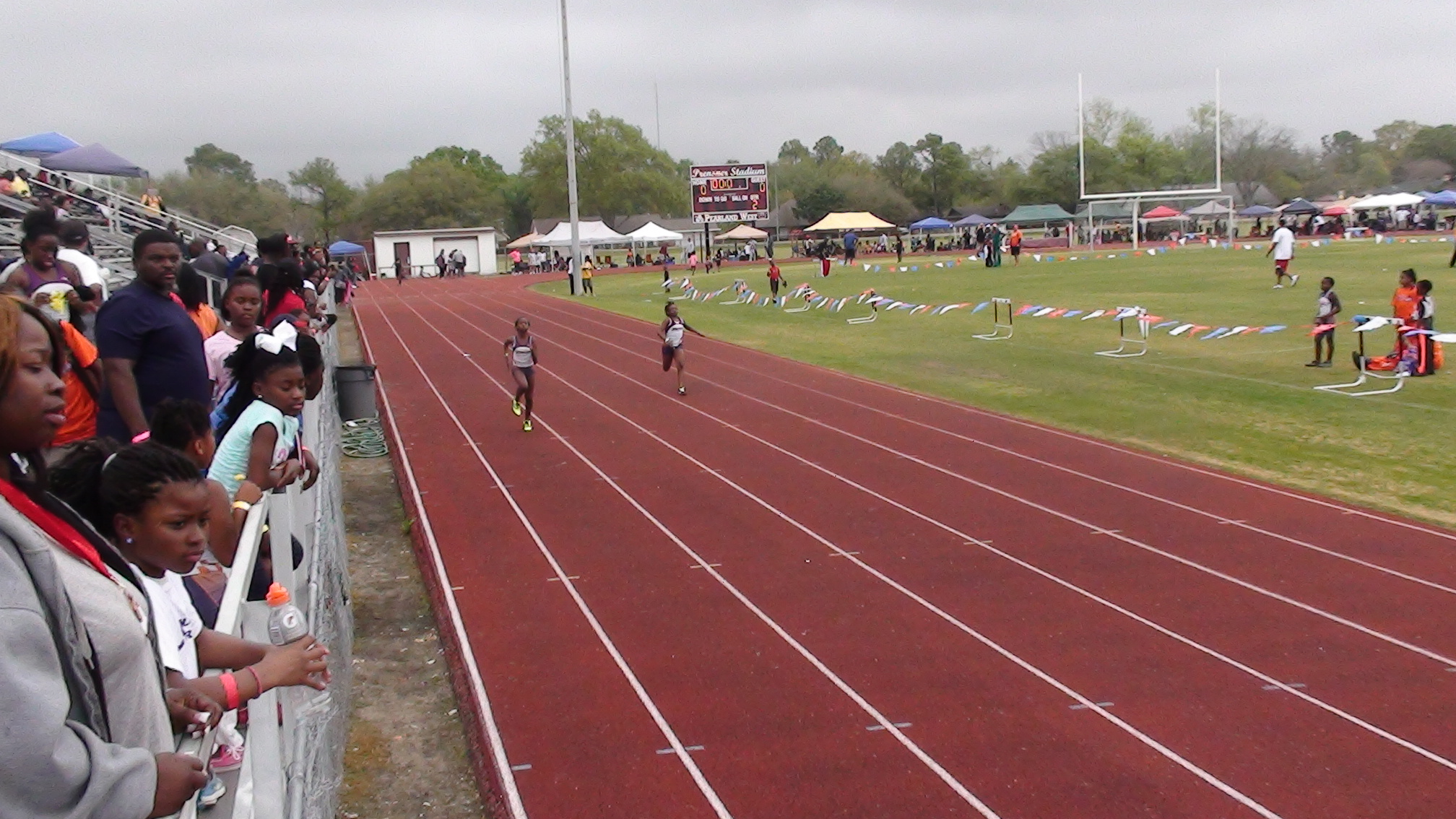 Ladecia and Sydney running in the 200m