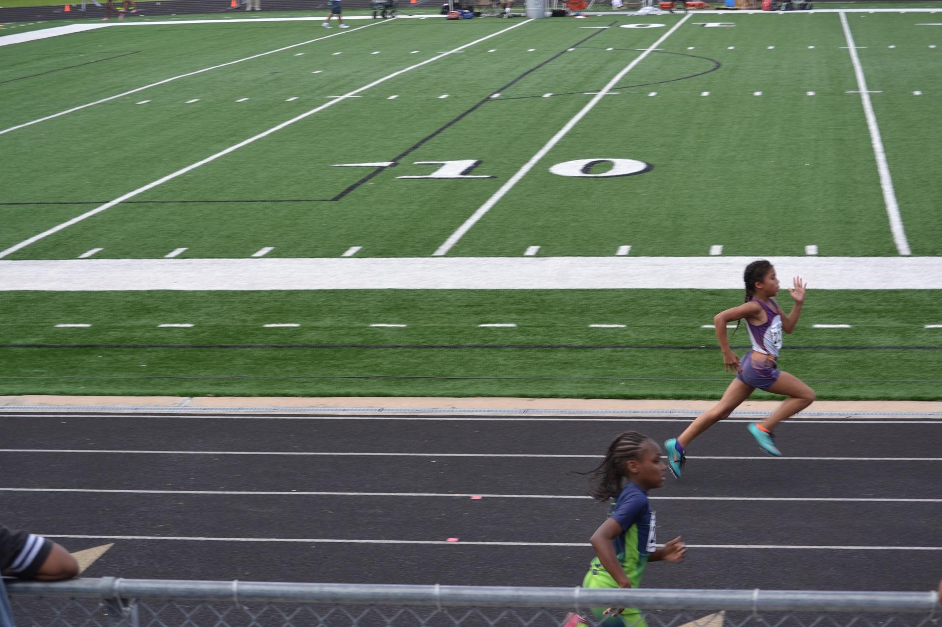 Anyssa running the 400m