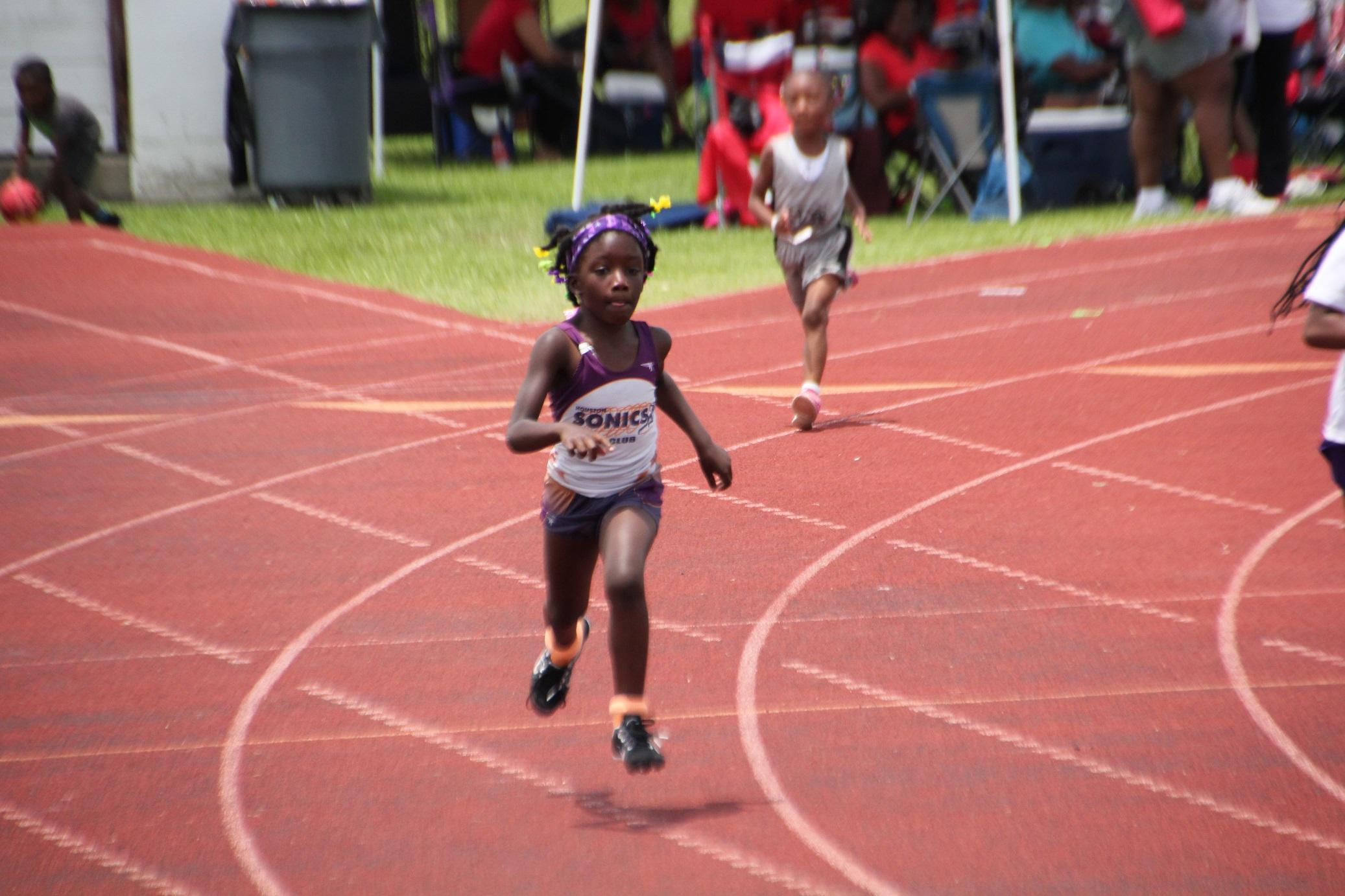 Jim'Myia running the 400m