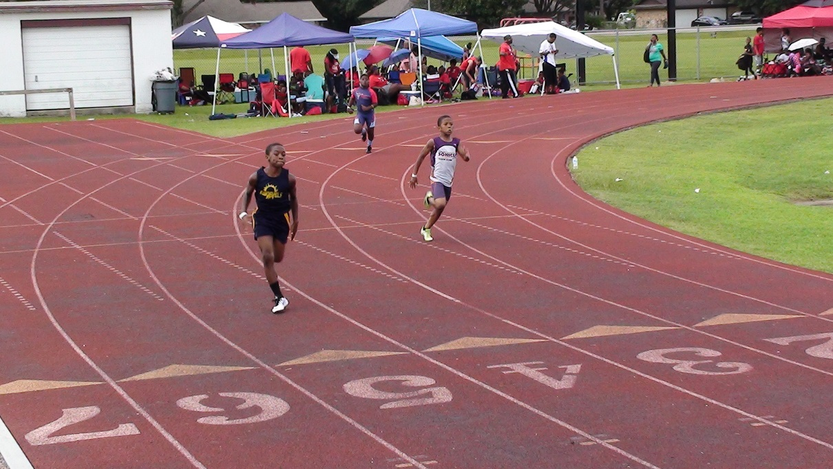 Arik running the 200m