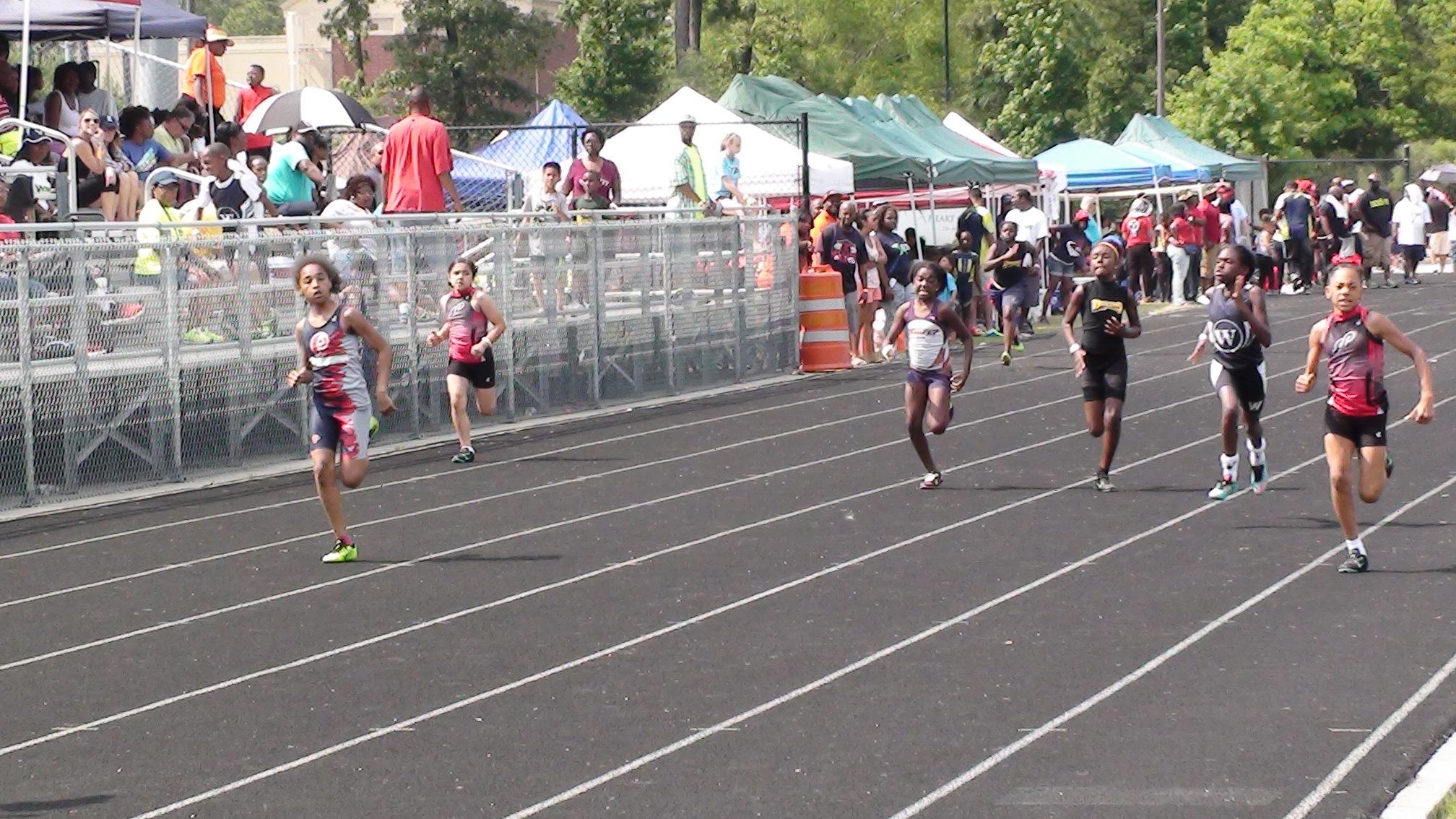 Ja'Queriyah running the 200m