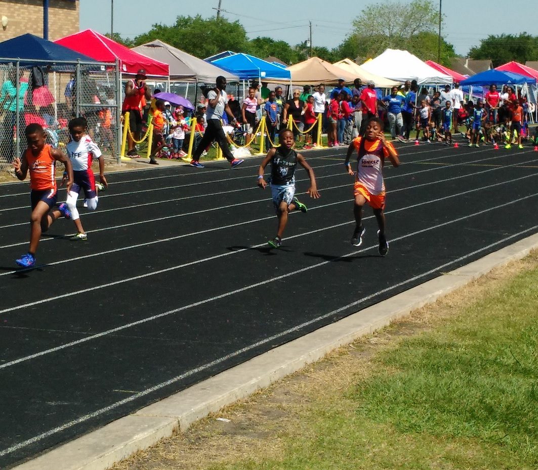 Daniel running the 100