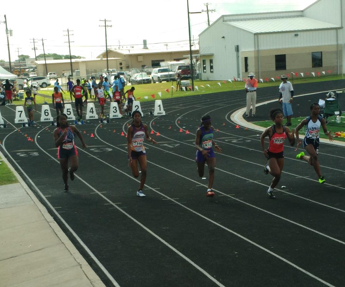 Zoe running the 100