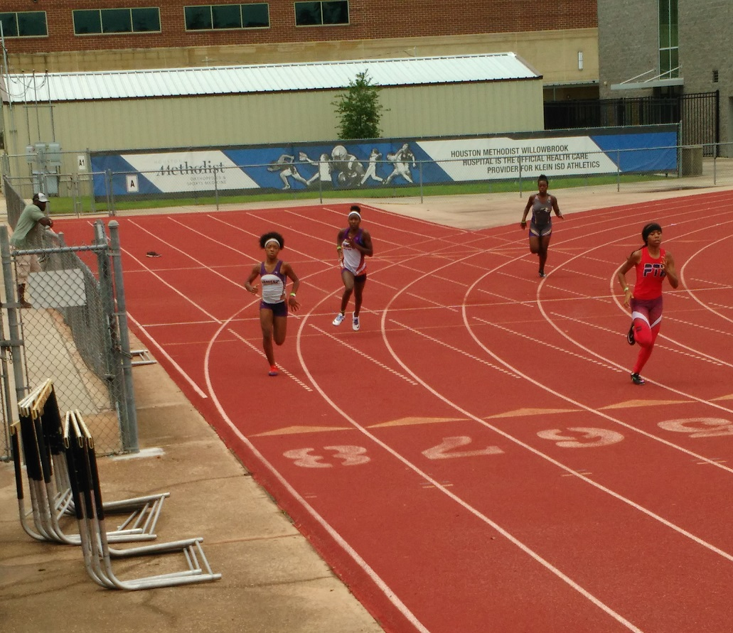 Jurnee and Raven running the 400