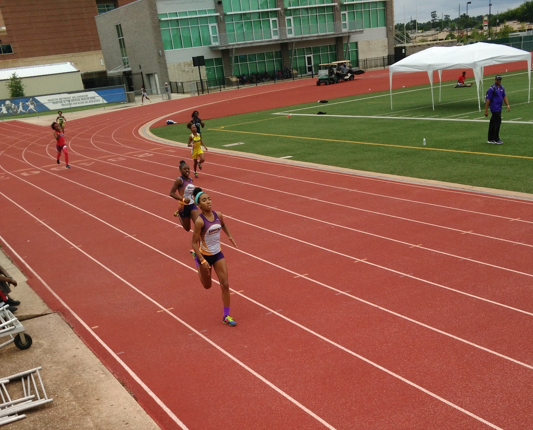 Tyra and Nylah running the 400