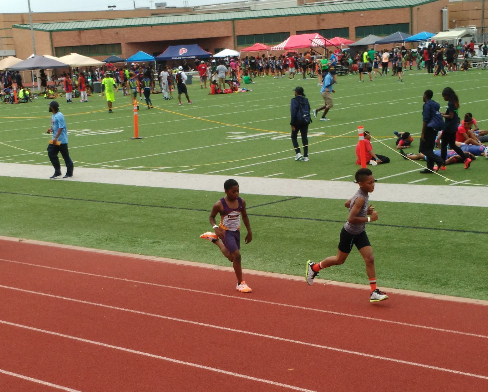 Damario running the 800