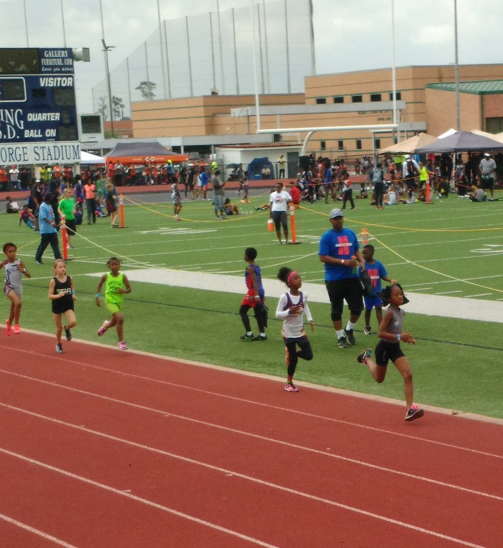 Tia Anderson running the 800