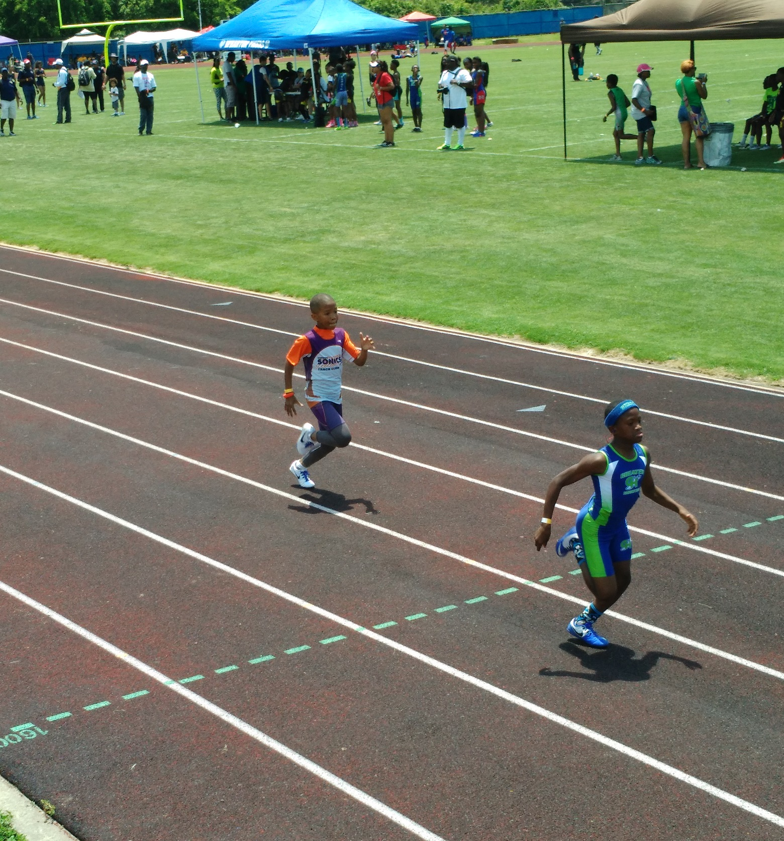 Arik running the 200