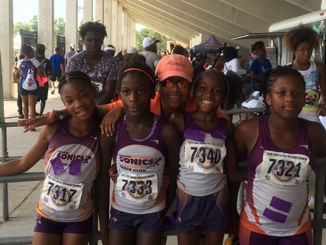 9-10 Girls 4x100 relay medalists