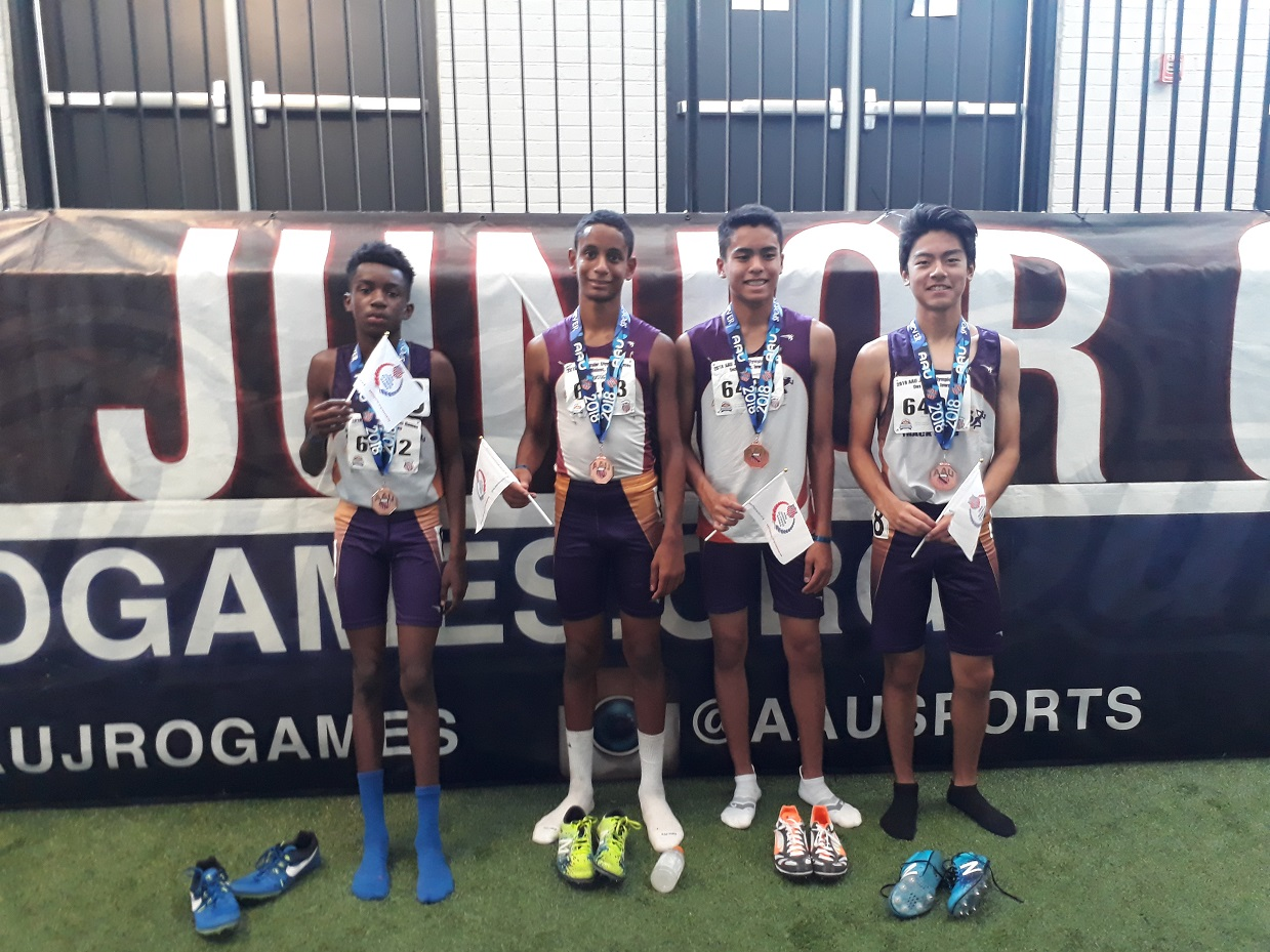 4x800 team with their medals